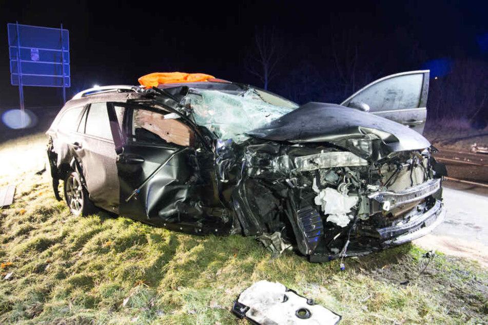 Der Mazda schleuderte Quer über die Straße und wurde komplett zerstört.