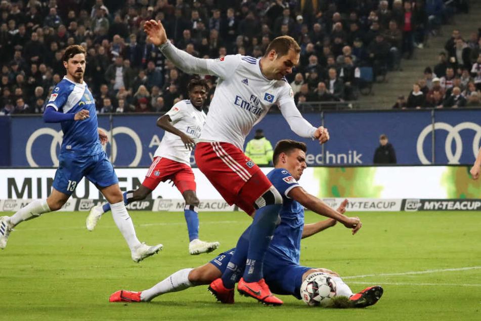 Tobias Müller grätscht Pierre-Michel Lasogga den Ball vom Fuß. Schiedsrichter Dankert entschied zuerst auf Elfmeter in dieser Szene, nahm seinen Pfiff jedoch zurück.