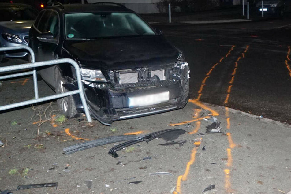 Die Markierungen zeigen den Weg des Einsatzwagens an, der ebenfalls ein parkendes Auto rammte.