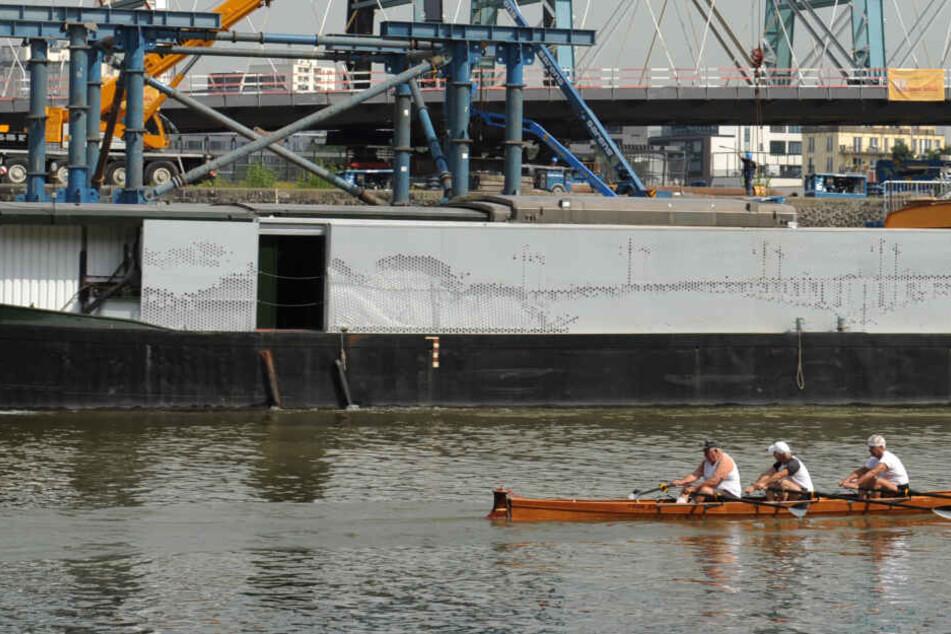 Tankschiff nähert sich Ruderboot auf dem Main, kurz darauf wird es für vier Menschen kritisch