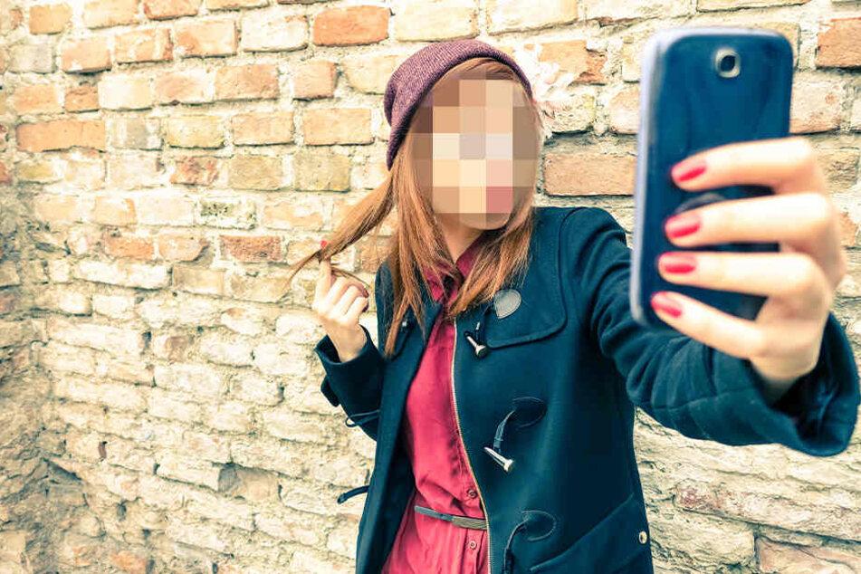 Zwei Mädchen haben im Vogtland Selfies auf Bahngleisen gemacht. (Symbolbild)