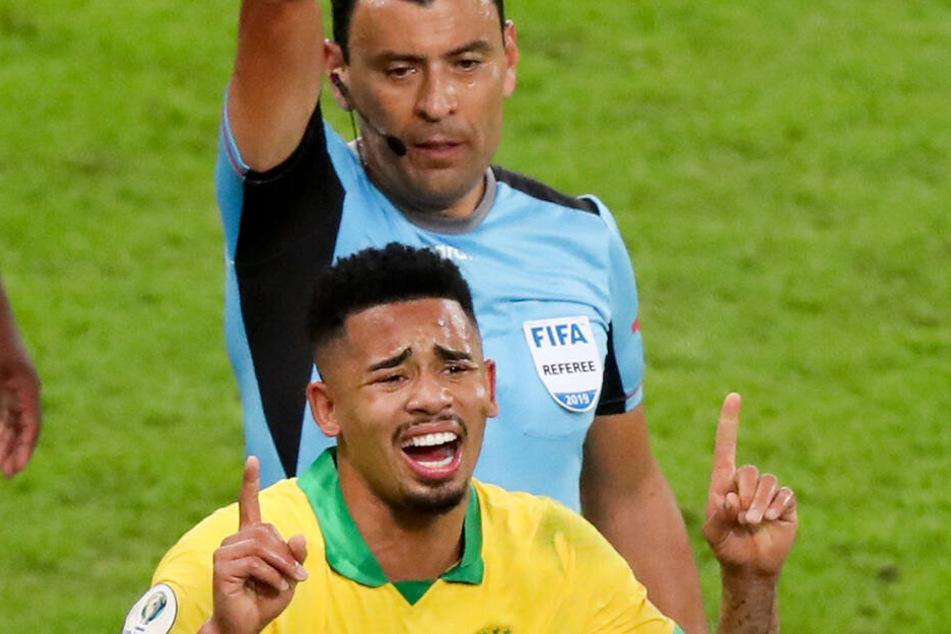 Nahcdem ihn Schiedsrichter Tobar des Feldes verweist, kämpft Gabriel Jesus mit den Tränen