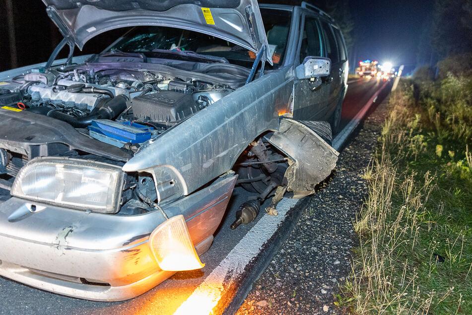 Bei dem Unfall wurden beide Autos stark beschädigt und mussten abgeschleppt werden.