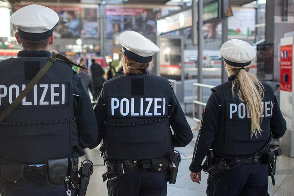Bei der Durchsuchung der Jugendlichen fanden die Beamten unter anderem Drogen, einen Schlagstock und einen Polenböller. (Symbolbild)