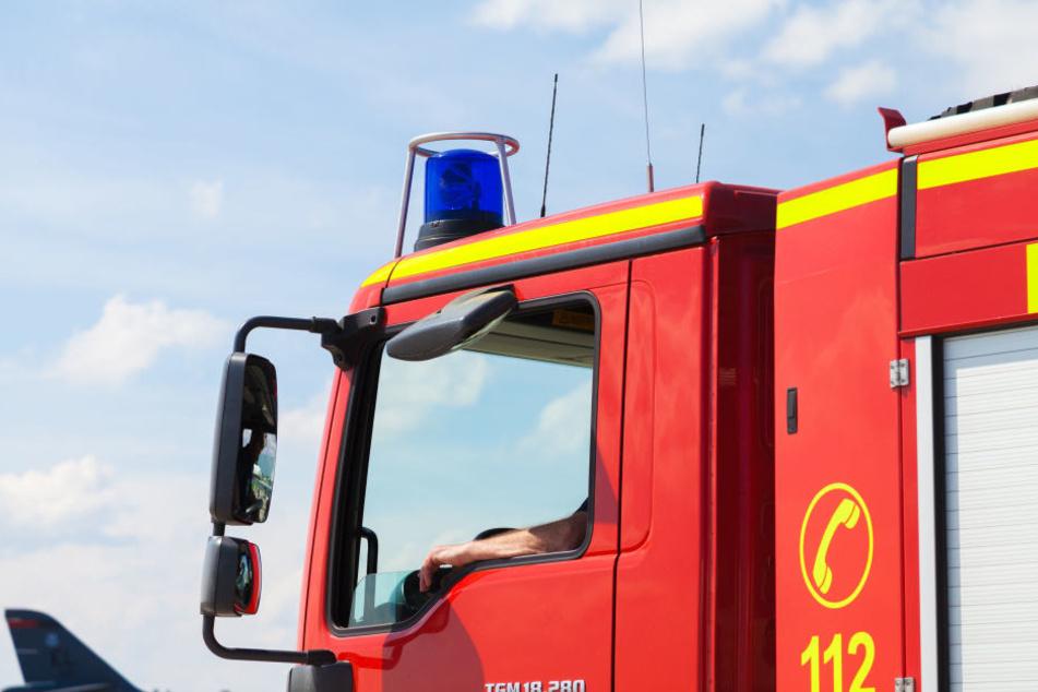 Die Feuerwehr muss den Bus und die brennende Böschung löschen. (Symbolbild)