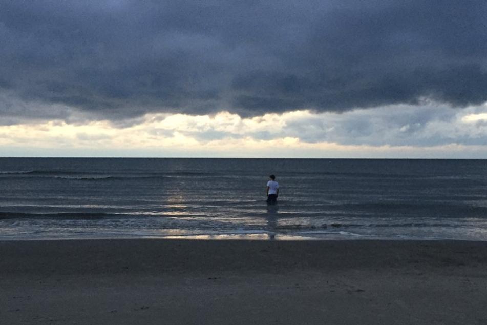"""Dies ist wohl das letzte Bild von Till """"Bommel"""" Kuhn bei GZSZ sein. Er steht bis zu den Knien in der Nordsee."""