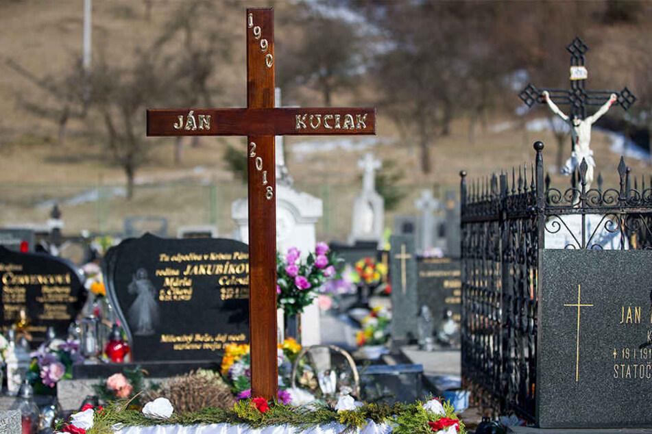 Das Grab für den toten Enthüllungsjournalisten Jan Kuciak wird für die Beerdigung vorbereitet.