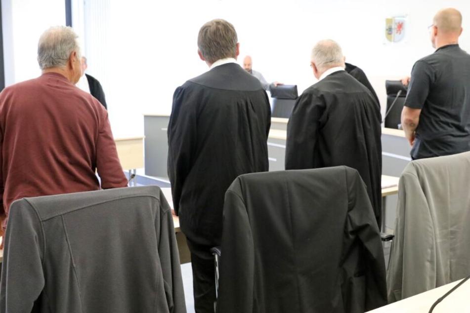 Die beiden Angeklagten (l und r) sowie die Verteidiger warten auf den Beginn des Prozesses.