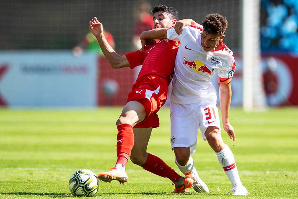 Viktoria Köln machte RB das Leben schwer: FCV-Mittelfeldmann Hamza Saghiri (l.) im Duell mit Leipzigs Diego Demme (r.).