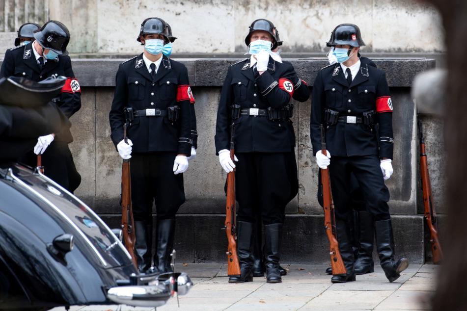 """Schauspieler und Komparsen in Naziuniformen und mit Mundschutz sind an der Musikhochschule während der Dreharbeiten für die Netflix Produktion """"Munich"""" zu sehen."""