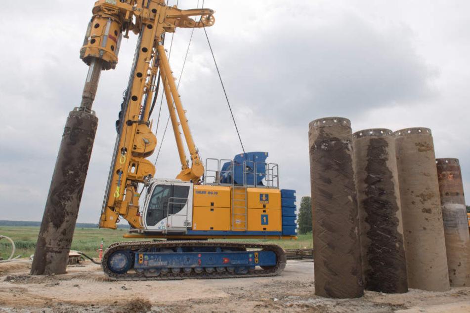 Eine Arbeitsgemeinschaft zweier großer Baufirmen arbeiten auf der Baustelle der A20 an der Gründung für die Behelfsbrücke.