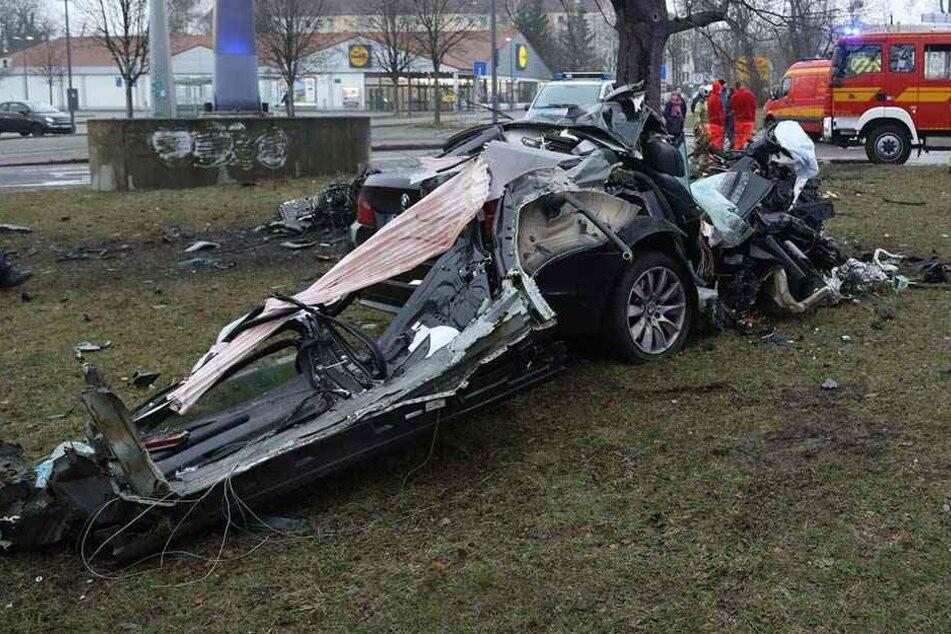 Horror-Crash: BMW wird an Straßenbaum zerschmettert