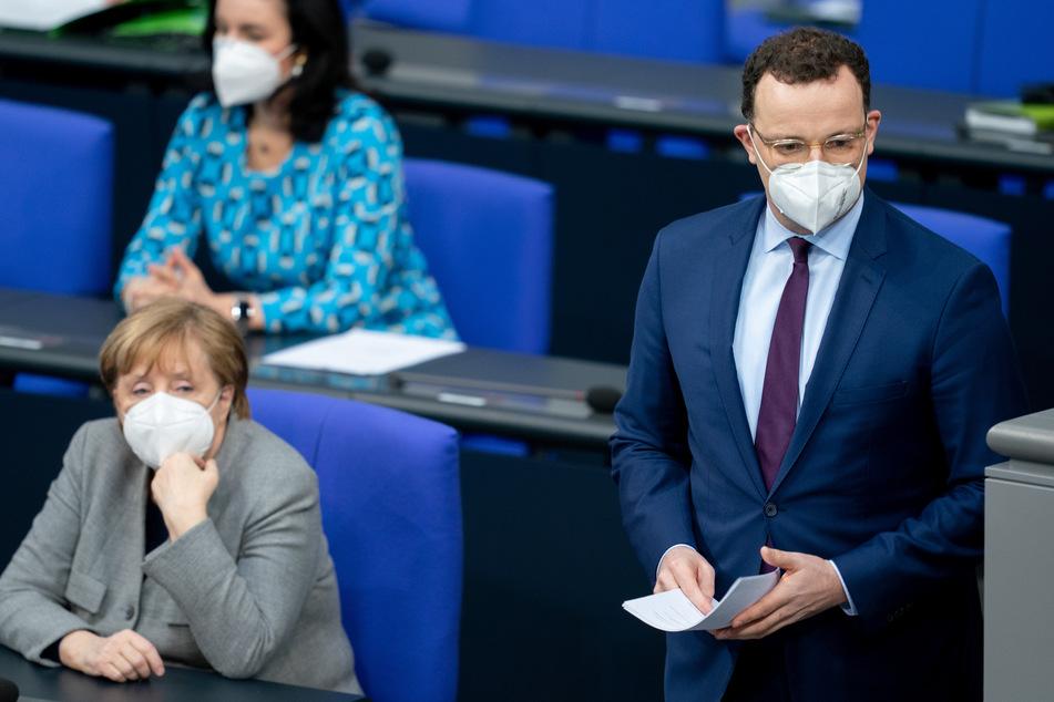 Jens Spahn (40, CDU), Bundesminister für Gesundheit im Bundestag neben Bundeskanzlerin Angela Merkel (66, CDU).