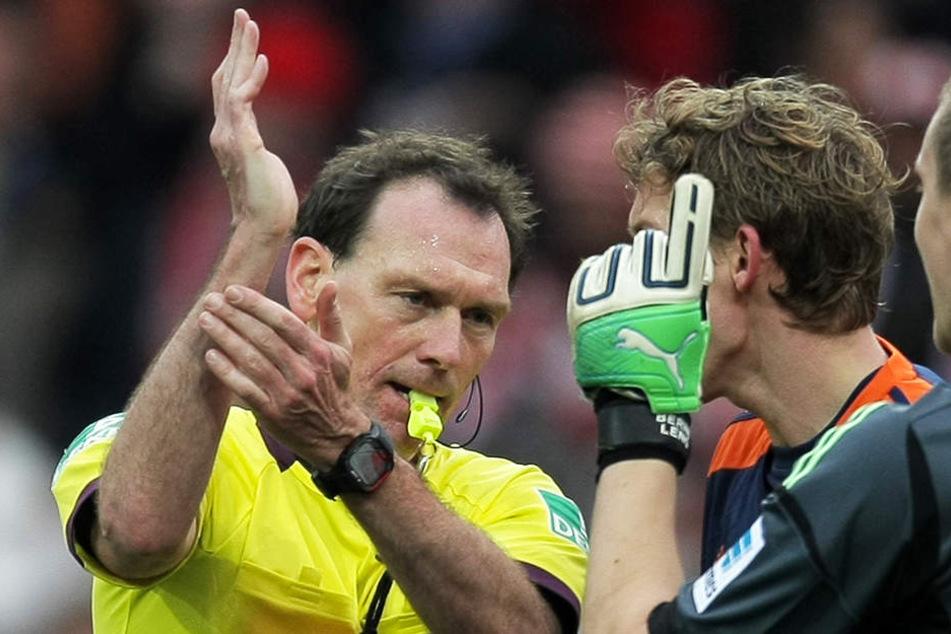 Schiedsrichter Florian Meyer zeigt es an: Handspiel! In Zukunft soll die Regel einheitlicher und klarer definiert sein.