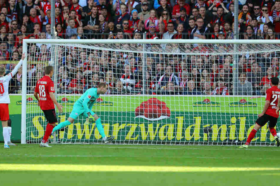 Wunderbar zu sehen: Beim 1:0 steht Nicolas Höfler (r.) am langen Pfosten sträflich frei und schiebt locker zur Halbzeitführung ein. Emil Forsberg (l.) hebt den Arm, war aber kein Abseits.