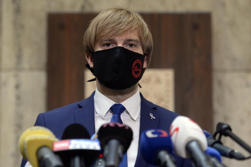 Adam Vojtech, Gesundheitsminister von Tschechien, der zur Vermeidung der Verbreitung des Coronavirus einen Mundschutz trägt, spricht bei einer Pressekonferenz über die aktuellen Entwicklungen der Corona-Pandemie und Maßnahmen, um lokale Ausbrüche einzudämmen.