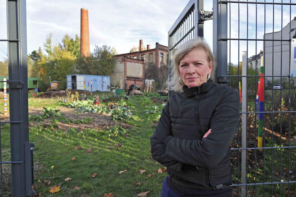 Babett Pötzsch (50) bangt um die Zukunft ihres Permakultur-Lehrgartens an der Palmstraße.