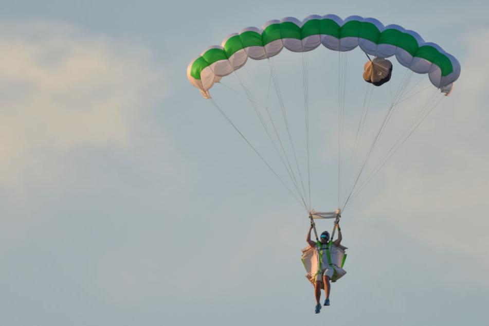 Ein Wingsuite ist ein spezieller Anzug für Fallschirmspringer, bei dem Stoff zwischen Armen und Beinen wie Flügel wirkt (Symbolbild).