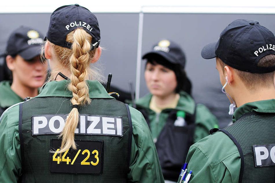 Auch Einsatzkräfte der Bielefelder Hundertschaft waren im Einsatz (Symbolbild).