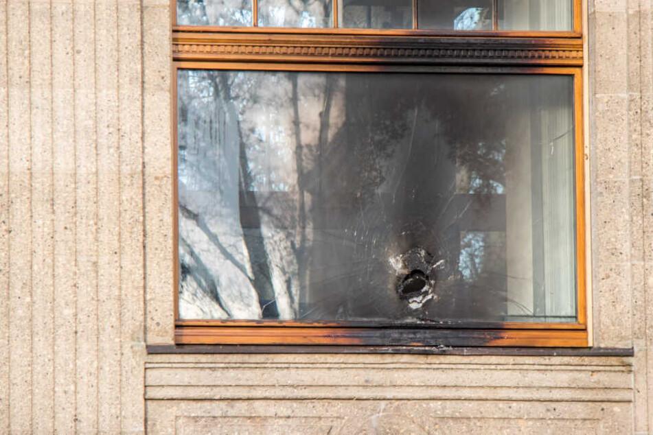 Dieses Fenster des BGH-Besprechungsraums ist aus Panzerglas. Die Angreifer brannten ein Loch hinein.