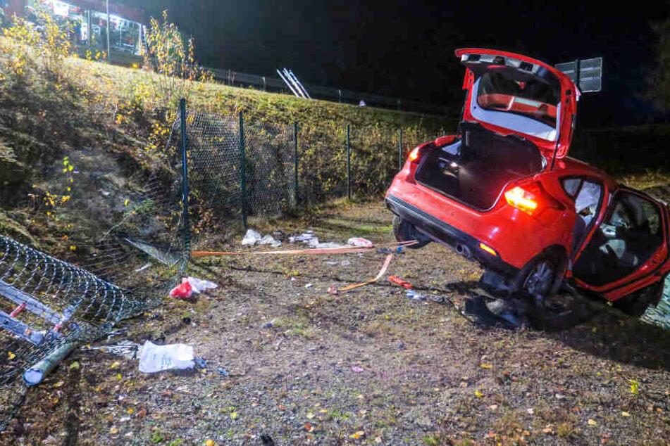 Der Ford war erst einen Hang hinabgerutscht und blieb dann am Rand von einem Rückhaltebecken stehen.