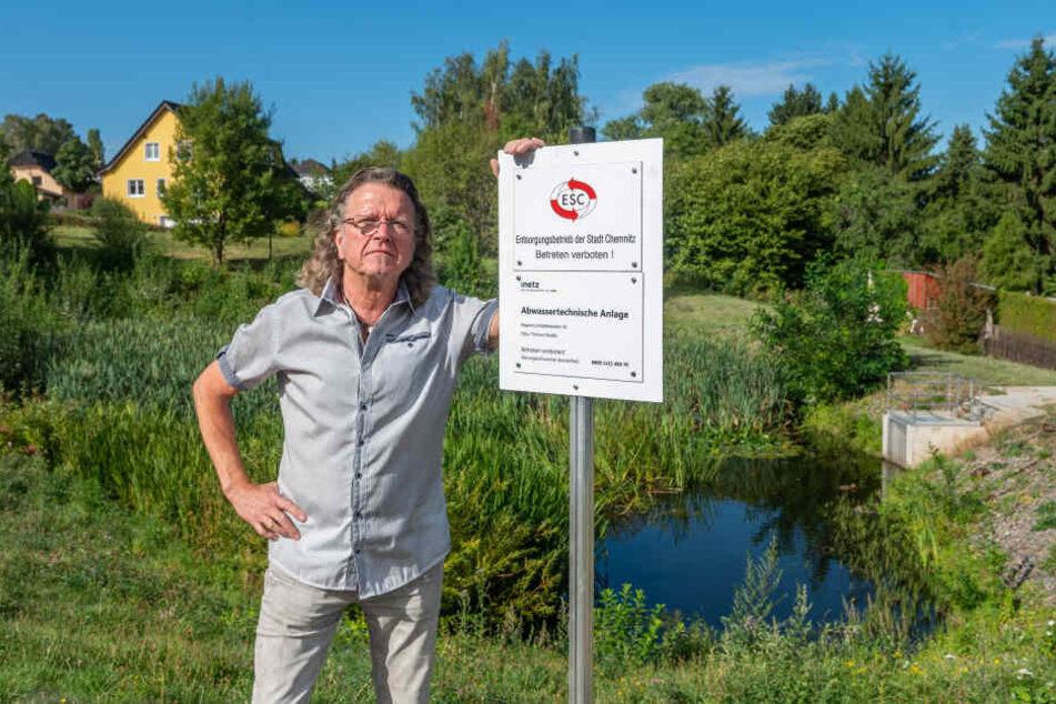 Frank Bartzsch (64) aus Adelsberg ist sauer: Schon bald soll die grüne Oase an der Otto-Thörner-Straße eingezäunt werden.