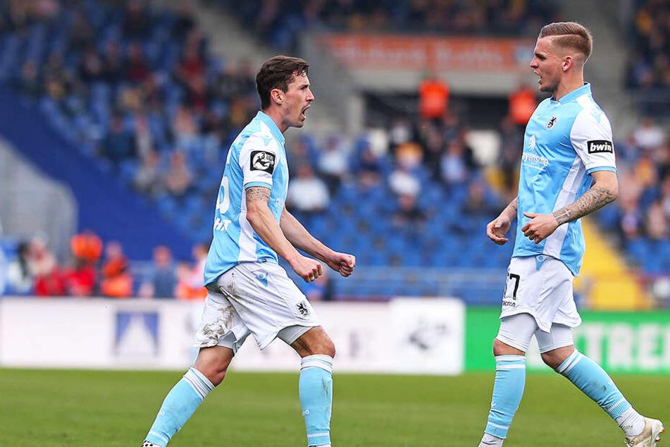 Philipp Steinhart (l.) bejubelt mit Daniel Wein sein Tor zur zwischenzeitlichen 1:0-Führung des TSV 1860 München bei Eintracht Braunschweig.