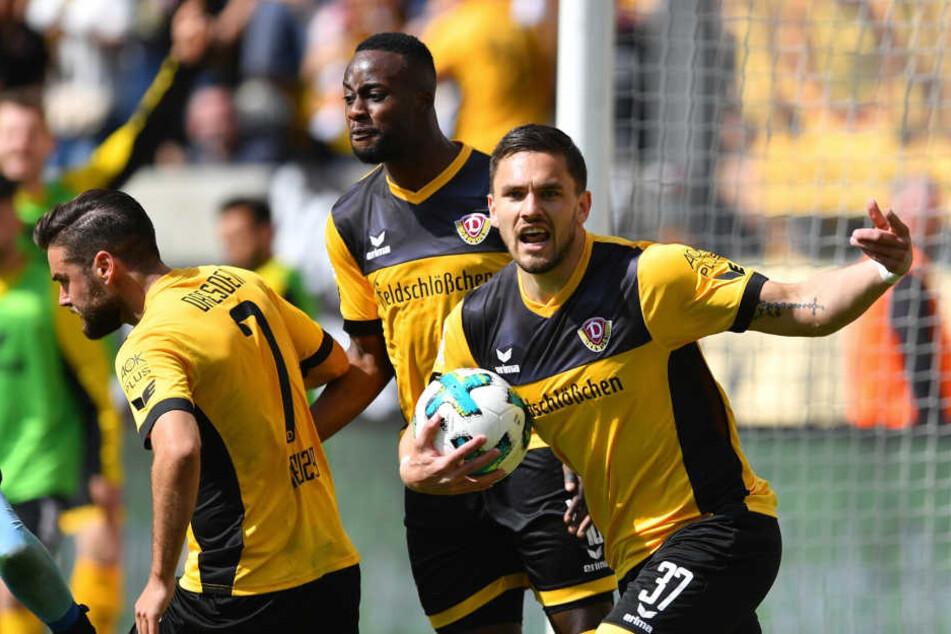 Pascal Testroet (re.) und seine Mitspieler wollen am Sonntag den Klassenerhalt für Dynamo klarmachen.