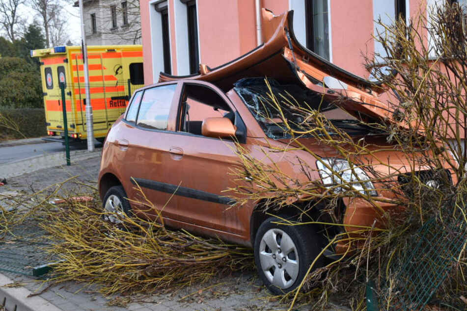 Auto kracht gegen Hauswand, 63-Jährige wird schwer verletzt ins Krankenhaus geflogen