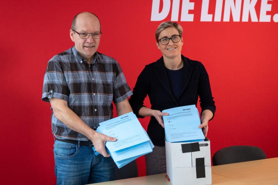 Landesvorsitzende Susanne Hennig-Wellsow (re.) und Abstimmungsleiter Holger Hängsen präsentieren die Ergebnisse.
