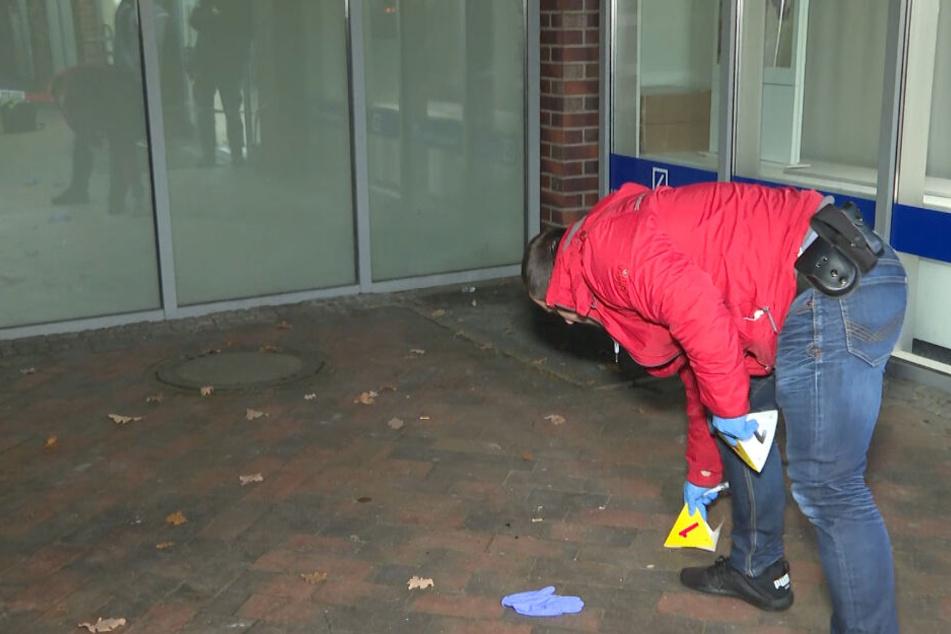 Ein Polizist sichert die Spuren am Tatort.