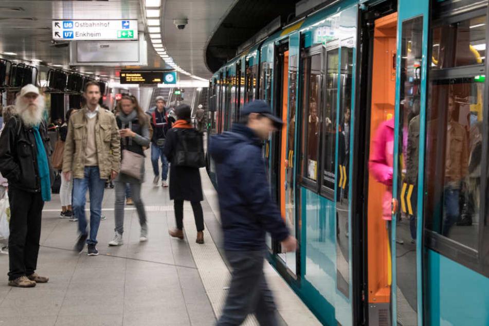 Junger Mann von U-Bahn überrollt: Schwer verletzt!