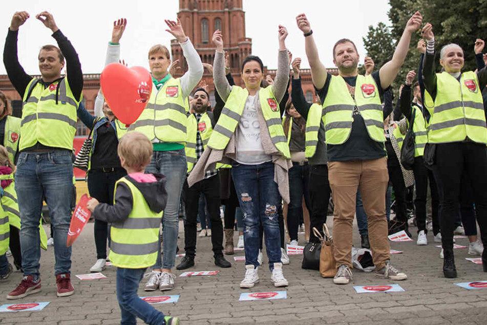 Bei einer Solidaritätsveranstaltung der Industriegewerkschaft Luftverkehr (IGL) für Mitarbeiter von Air Berlin wird vor dem Roten Rathaus in Berlin ein Flashmob durchgeführt, der einer Safety Instruction Demonstration nachempfunden ist.