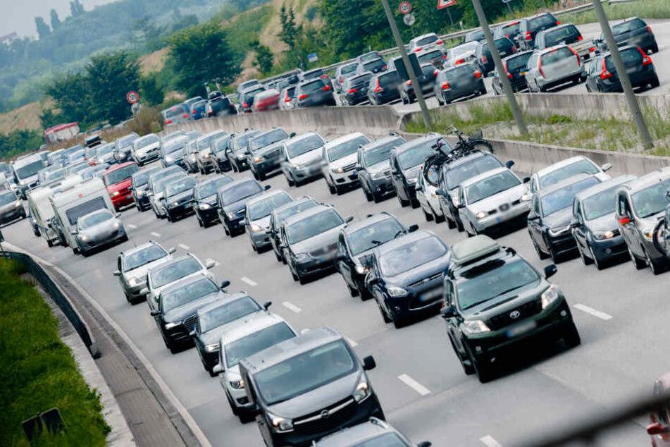Auf den Autobahnen im Norden drohen mit dem Ferienbeginn in Bremen und Niedersachsen lange Staus. (Symbolbild)