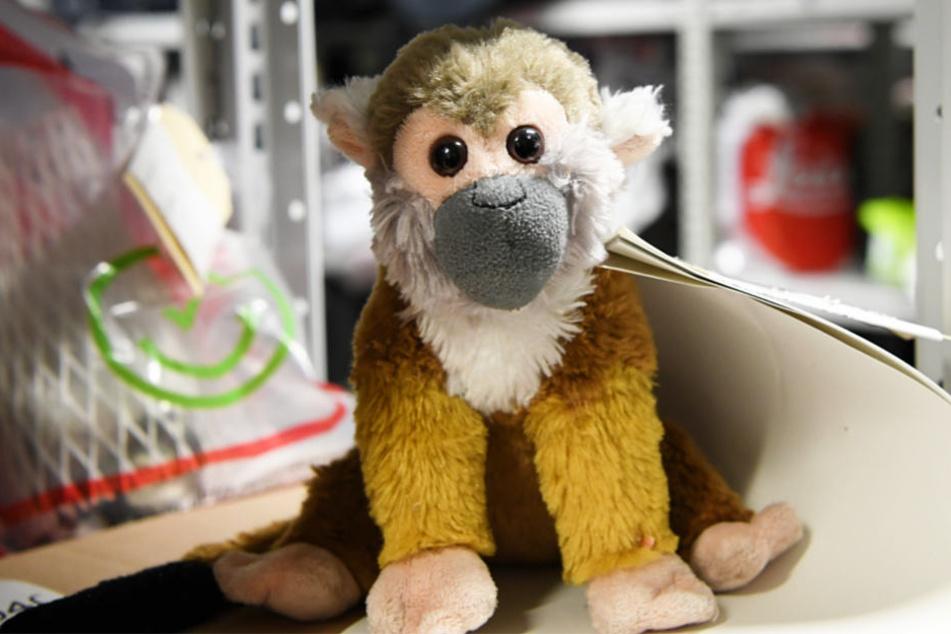 Der Stoff-Affe steht in einem Lager des Fundbüros am Frankfurter Flughafen.