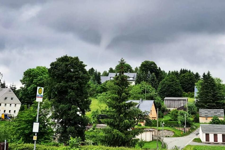 Ein Tornado formte sich am Himmel über dem Erzgebirge.