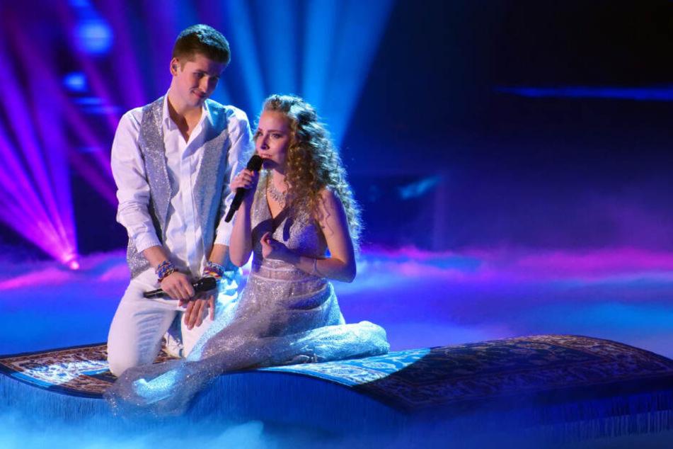"""Gemeinsam mit Clarissa schwebt er zum Song """"Ein Traum wird wahr"""" aus dem Musical """"Aladdin"""" auf einem fliegenden Teppich."""