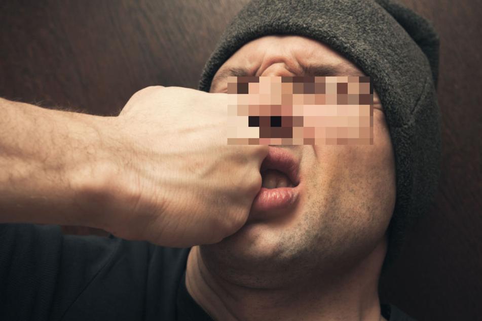 Mindestens einmal soll der Angreifer sein Opfer mit der Faust ins Gesicht geschlagen haben. (Symbolbild)