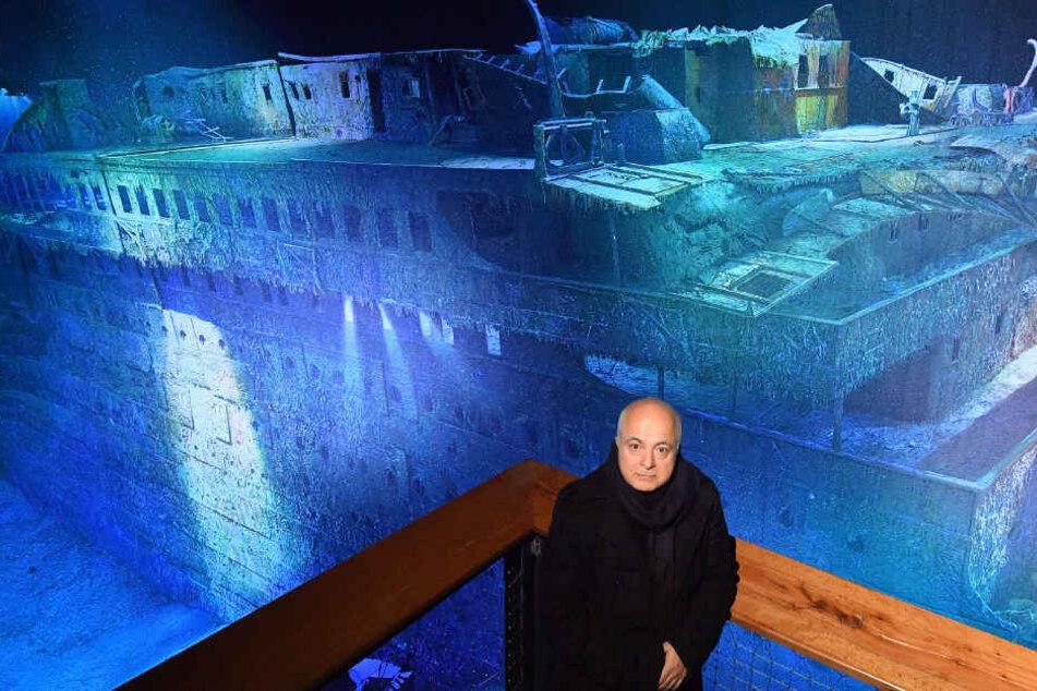 """Der Panoramakünstler Yadegar Asisi steht vor seinem neuen  360-Grad-Panorama """"Titanic"""" im Panometer in Leipzig."""