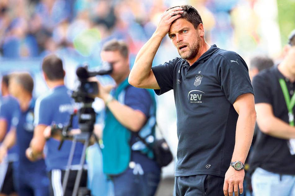 FSV-Trainer Torsten Ziegner greift  sich an den Kopf. Die Chancenverwertung seiner Mannschaft brachte ihn zur  Verzweiflung.
