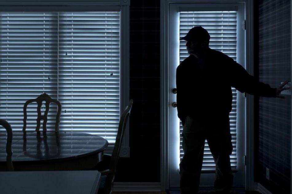Mindestens ein Täter drang am Sonntag in ein Mietshaus in Borsdorf ein. (Symbolbild)
