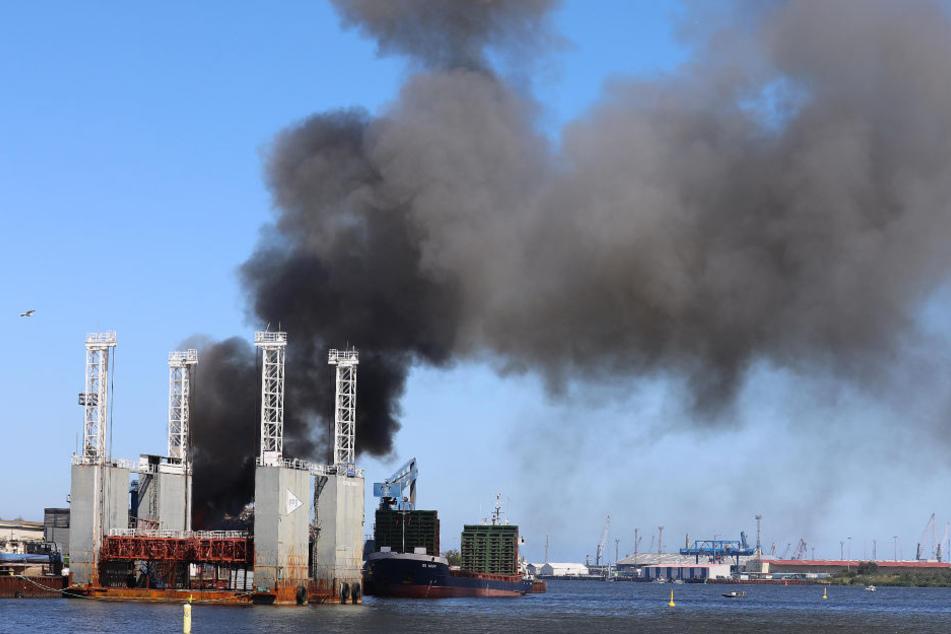 Auf dem Gelände am Fischereihafen steigen dunkle Rauchwolken auf.