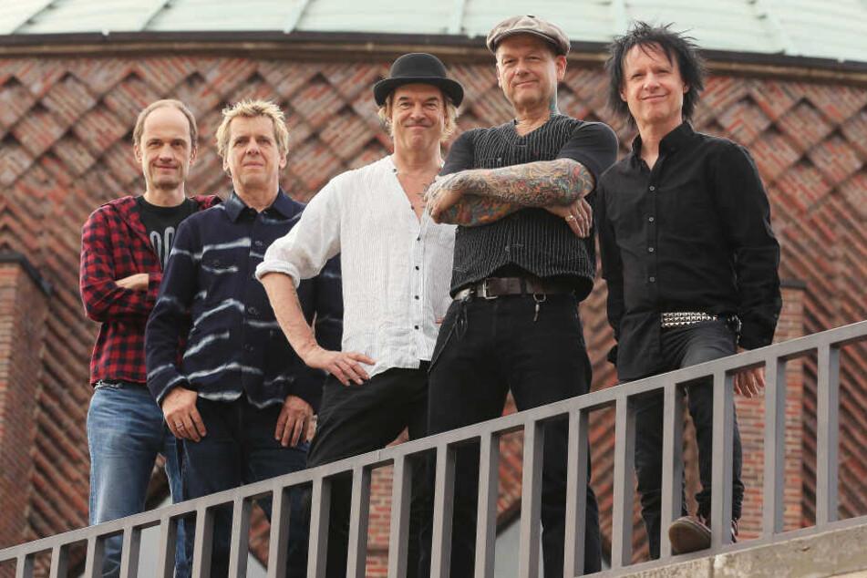 Die Düsseldorfer Punkband Die Toten Hosen steht vor der Tonhalle in Düsseldorf.