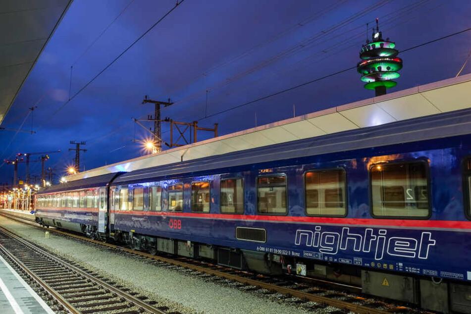 Nightjet der Österreichischen Bundesbahnen (ÖBB), der zwischen Hamburg und München fährt.