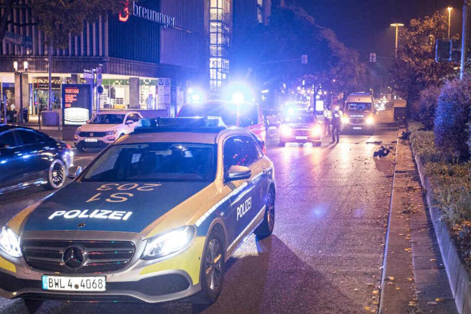 Einsatzkräfte an der Unfallstelle mitten in Stuttgart.