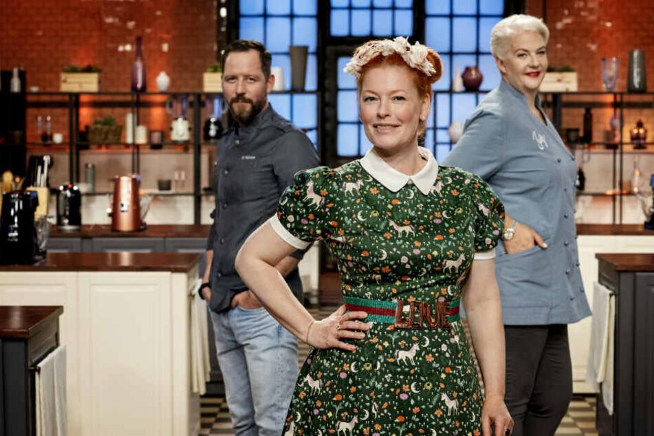 Moderiert wird die Show von Enie van de Meiklokjes (45), die Jury bilden die beiden Kuchen-Experten Bettina Schliephake-Burchardt (48) und Christian Hümbs (38).