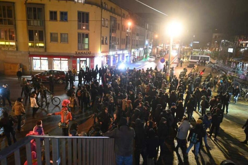 Auf der Alaunstraße stehen die Demo-Teilnehmer.