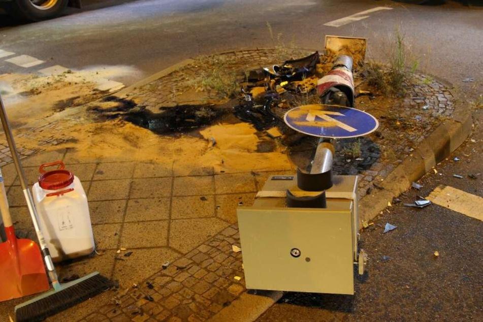 Ein 22-Jähriger war mit seinem Auto gegen einen Blitzer an der Kreuzung mit der Straße Sachsenseite gerauscht. Der Mann erlitt schwere Verletzungen.