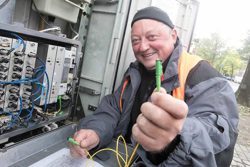 Endlich rasend schnelles Internet: Vodafone-Techniker Thomas Weniger  (46)arbeitet an einem Verteilerkasten in Striesen.