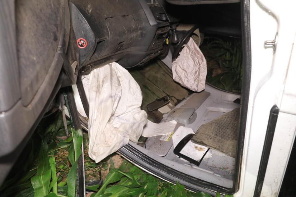 Die Airbags des Mercedes Vito sind aufgegangen, vom Fahrer fehlt jede Spur.